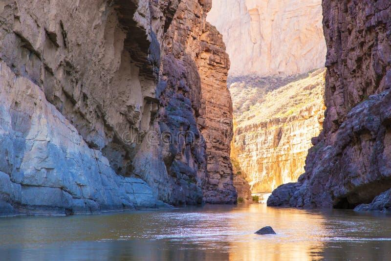 Fluss in einer felsigen Schlucht lizenzfreie stockfotos