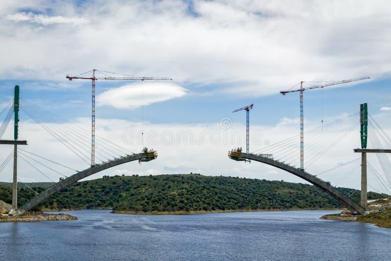 Fluss-Eisenbahnbrücke im Bau in Spanien lizenzfreie stockbilder