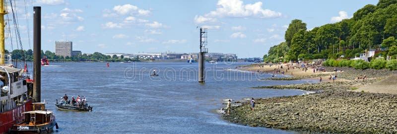 Fluss Elbe mit Strand lizenzfreie stockfotografie
