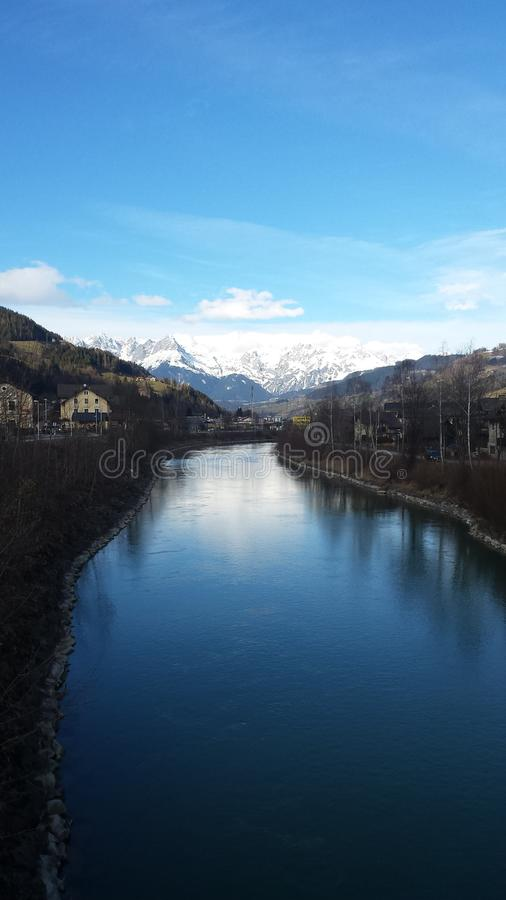 Download Fluss en Autriche photo stock. Image du fleuve, montagnes - 77161470
