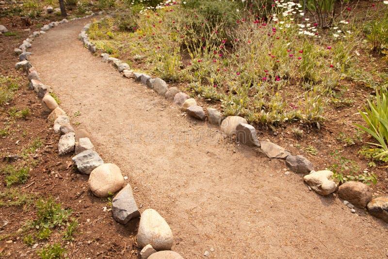 Fluss-Felsen gezeichneter Schmutz-Garten-Pfad stockfoto