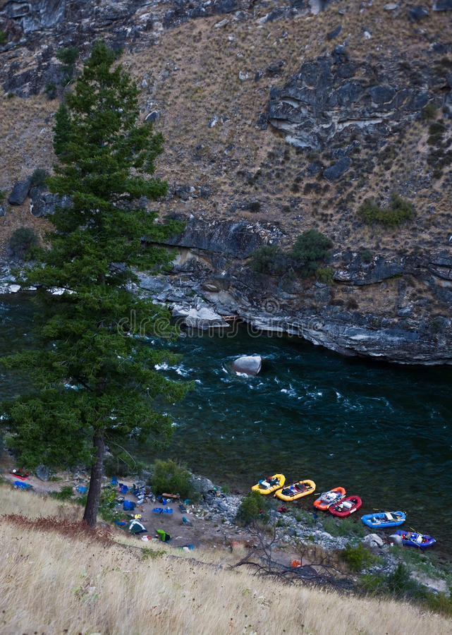 Fluss-Flößenferien in den wilden Bergen stockfoto