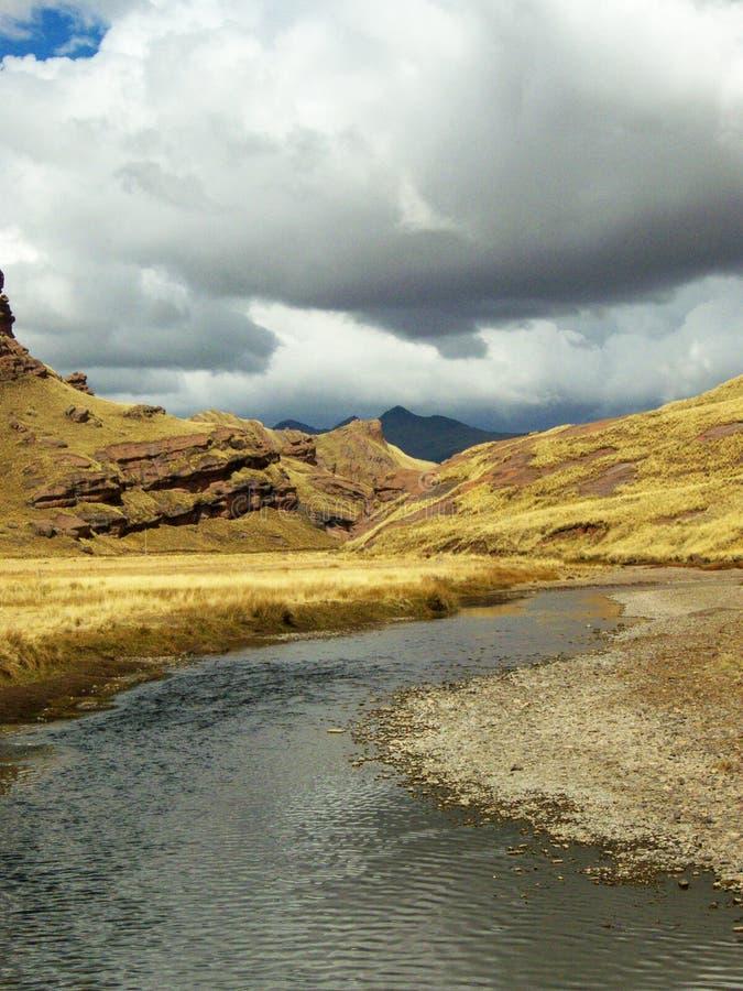 Fluss flüssiges thorugh Tal lizenzfreie stockbilder