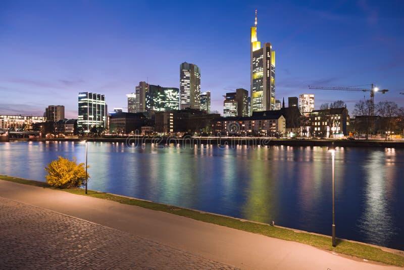 Fluss-Hauptleitung in Frankfurt nachts lizenzfreies stockfoto