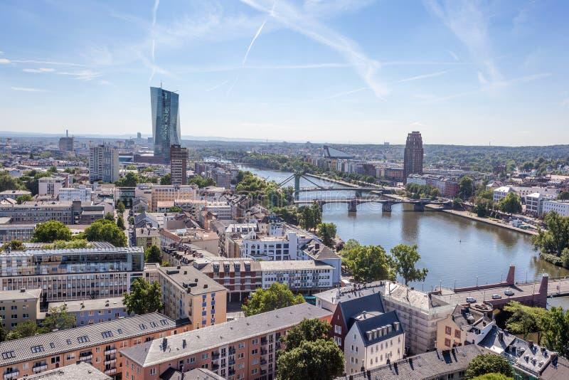 Fluss-Hauptleitung und Stadt von Frankfurt, Deutschland stockbilder