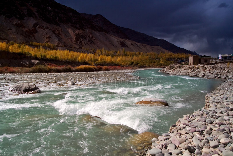 Fluss in Himalaja lizenzfreie stockfotos