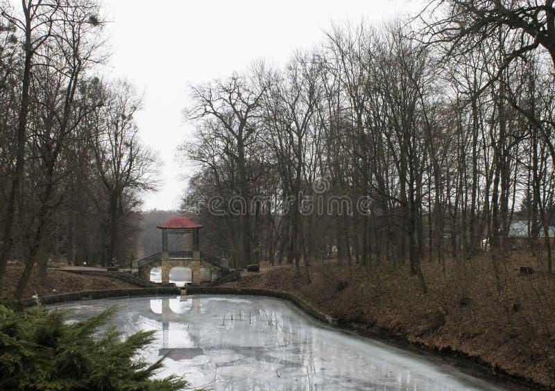 Fluss im Arboretum Weiße Kirche ukraine stockfotografie