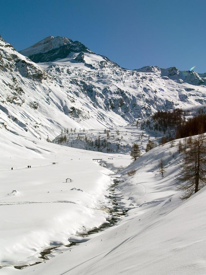 Fluss im Berg lizenzfreie stockbilder
