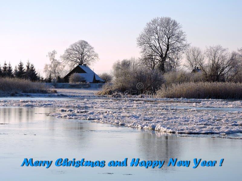 Fluss im Eis und Wörter - heiraten Sie Weihnachten und guten Rutsch ins Neue Jahr, Litauen lizenzfreie stockfotografie