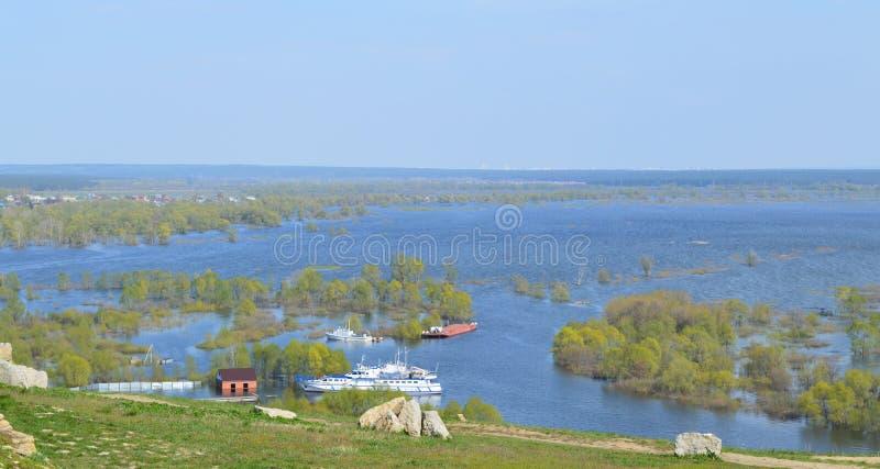 Fluss im Frühjahr überschwemmt stockfotos