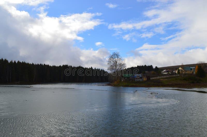 Fluss im Frühjahr überschwemmt lizenzfreies stockbild