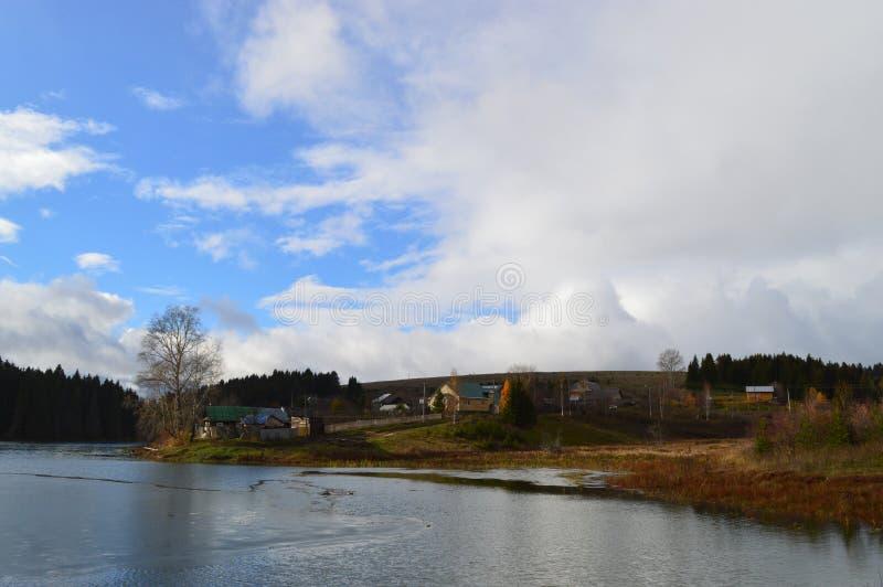 Fluss im Frühjahr überschwemmt stockfoto