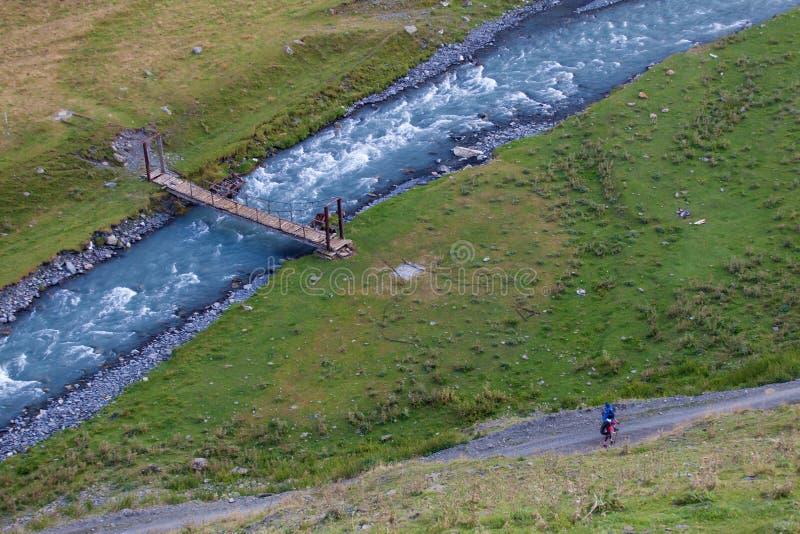 Fluss im Tal des Sommertages im Kaukasus Trekking von Omalo zu Shatili, touristischer Weg Georgia Beautifuls stockbilder