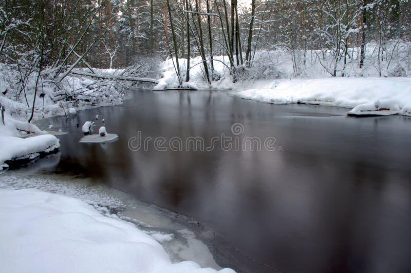 Fluss im Winter. stockfotos