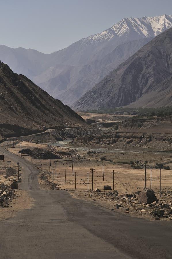 Fluss Indus, die Berge in Ladakh, Indien durchfließen stockfotos