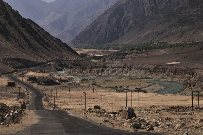 Fluss Indus, die Berge in Ladakh, Indien durchfließen lizenzfreie stockbilder