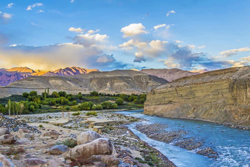 Fluss Indus in Leh-Tal stockbild