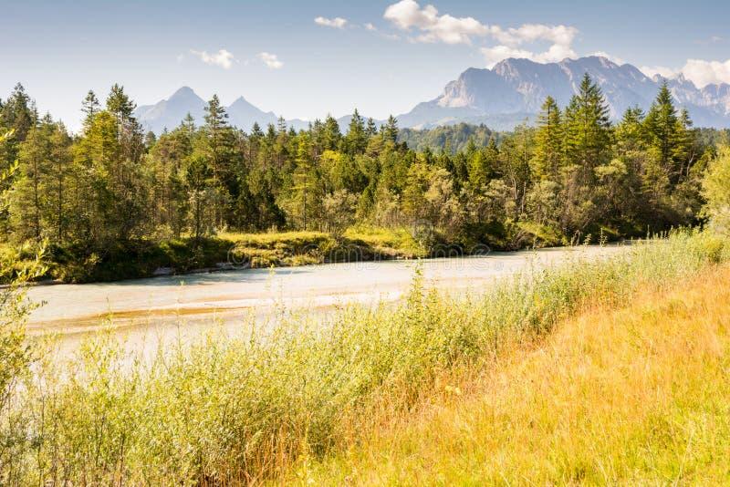 Fluss Isar im Karwendel-Gebirgszug im Bayern stockbilder