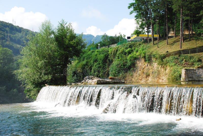 Fluss-Kaskade nahe Jajce-Wasserfall lizenzfreie stockfotos