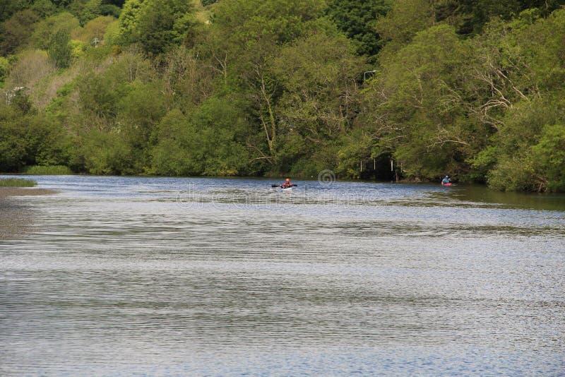 Fluss Lee in Cork Ireland mit Kanufahrer lizenzfreie stockfotos