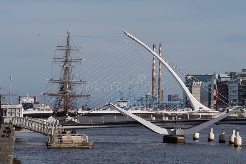 Fluss Liffey in Dublin, Irland Jeanie Johnston-Schiff, Samuel Becket Bridge- und Poolbeg-Kamine lizenzfreie stockfotografie