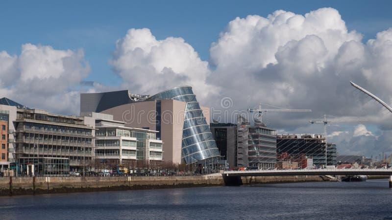 Fluss Liffey in Dublin, in Irland mit Konferenzzentrum und in Samuel Beckett Bridge lizenzfreie stockfotos