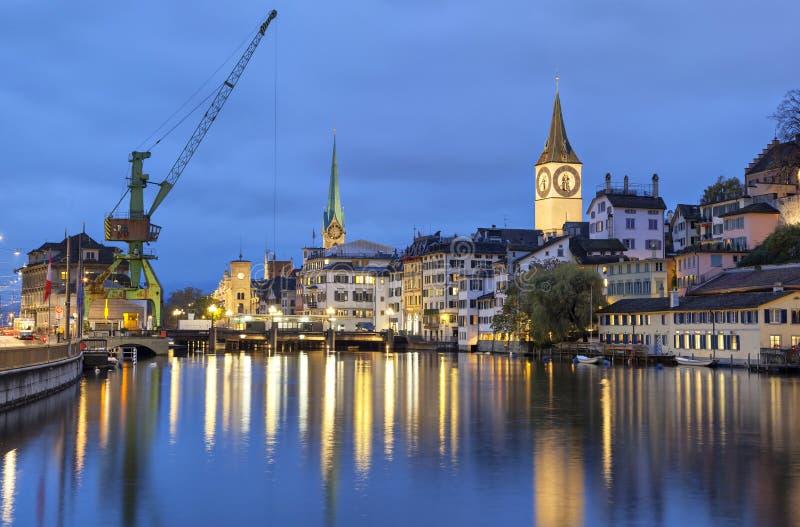Fluss Limmat in der Mitte von Zürich am Abend stockbilder