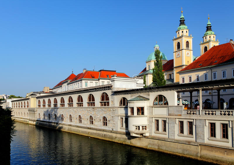 Fluss in Ljubljana von der Drache-Brücke, Slowenien stockfotografie