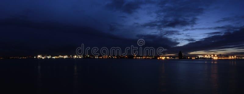 Fluss Mersey und Birkenhead bis zum Nacht - Panoramablick von Keel Wharf-Ufergegend in Liverpool, Großbritannien lizenzfreie stockfotos