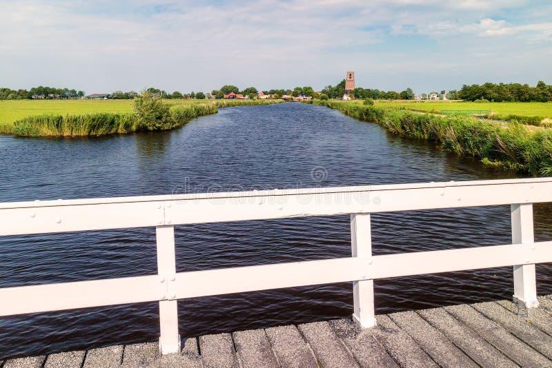 Fluss mit Brücke nördlich von Amsterdam stockbilder