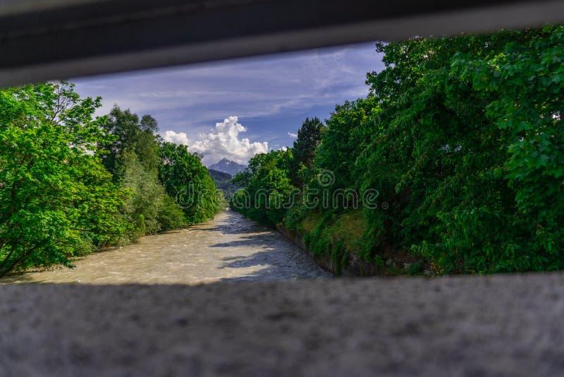 Fluss mit den grünen Bäumen und dem blauen Himmel lizenzfreie stockfotos