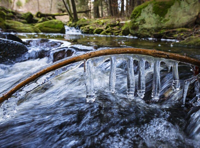 Fluss mit Eis lizenzfreies stockbild