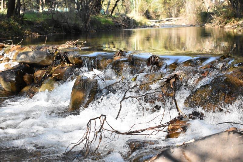 Fluss mit Felsen lizenzfreie stockfotografie