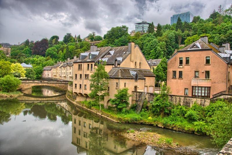 Fluss mit Häusern und Brücken in Luxemburg in Benelux, HDR lizenzfreie stockbilder