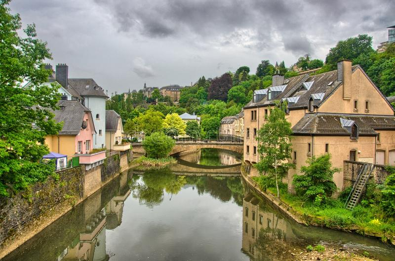 Fluss mit Häusern und Brücken in Luxemburg in Benelux, HDR stockfotos
