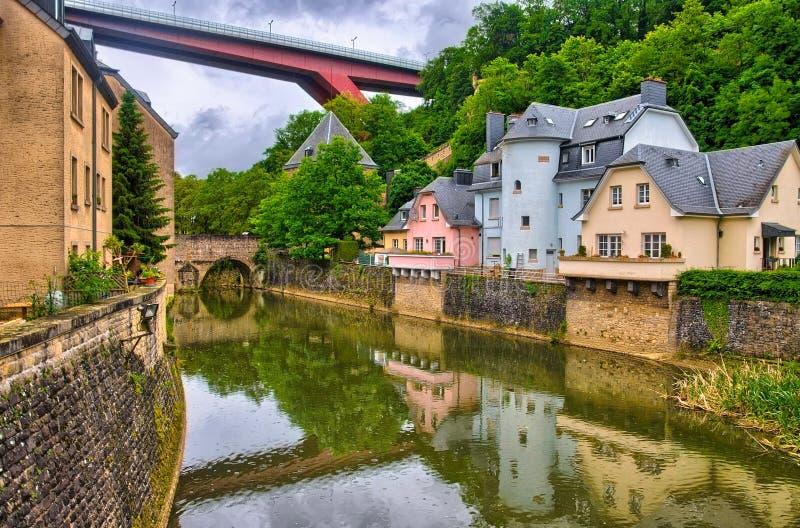 Fluss mit Häusern und Brücken in Luxemburg, Benelux, HDR lizenzfreie stockbilder