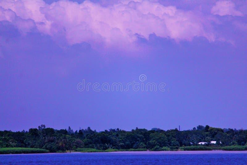 Fluss mit Himmel lizenzfreies stockbild