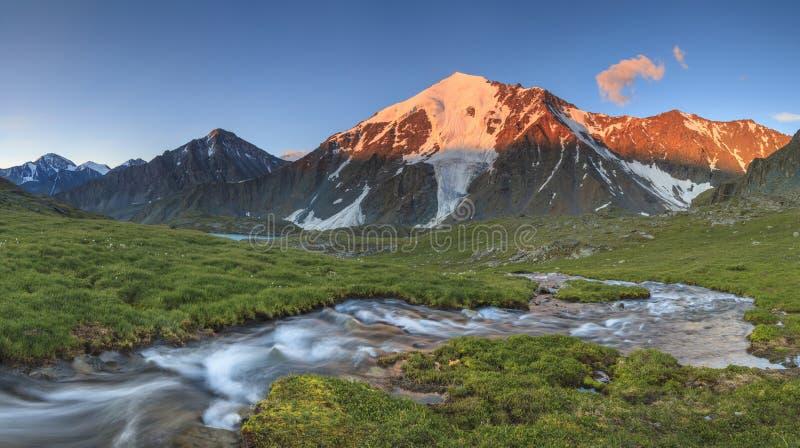 Fluss mit Kaskaden auf dem Hintergrund der Berge lizenzfreie stockfotos