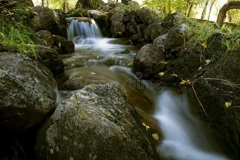 Fluss mit kleinen Wasserfällen lizenzfreies stockfoto