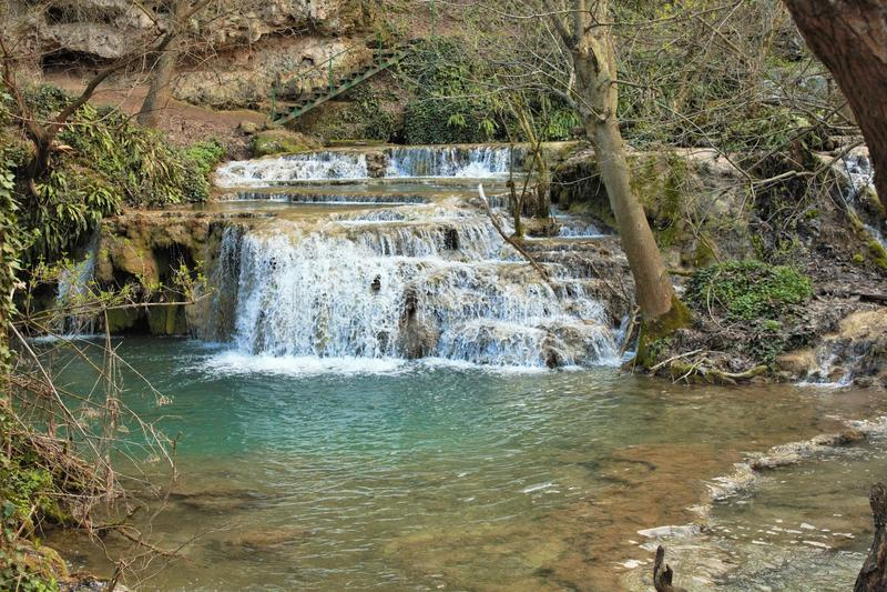 Fluss mit kleinen Wasserfällen stockfotografie