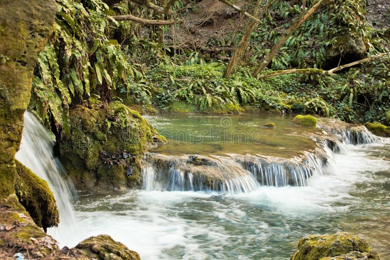 Fluss mit kleinen Wasserfällen stockbild
