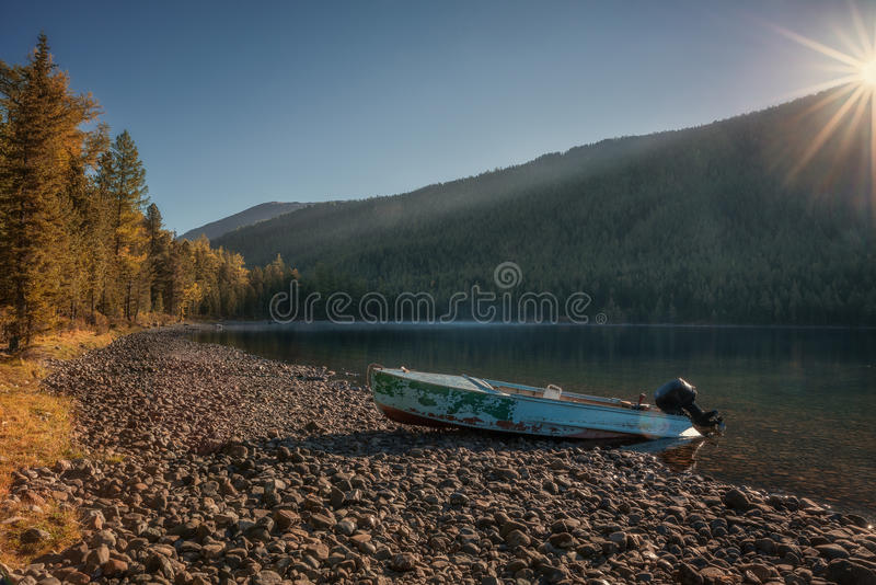 Fluss mit starkem Forest And Abandoned Speedboat On die Bank, Altai-Gebirgshochland-Natur Autumn Landscape Foto lizenzfreies stockfoto