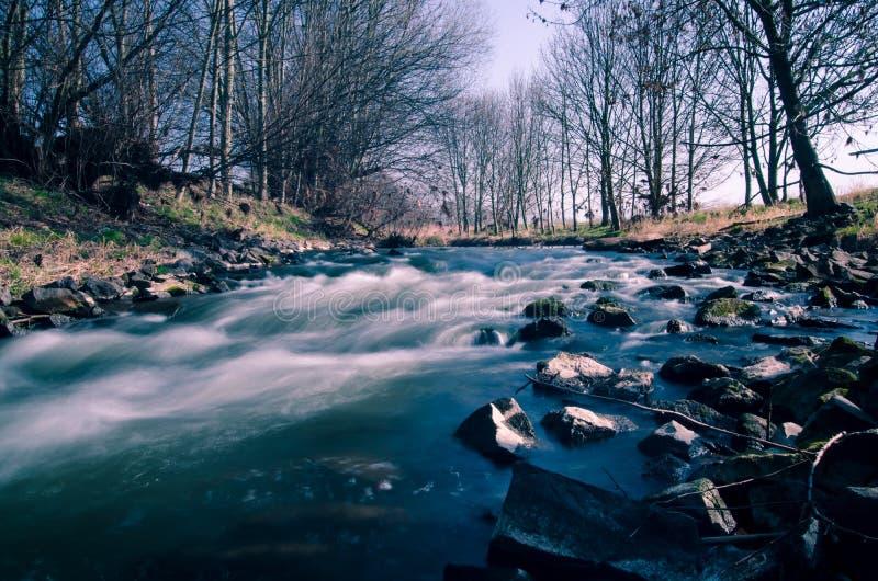 Fluss mit Steinen stockbild