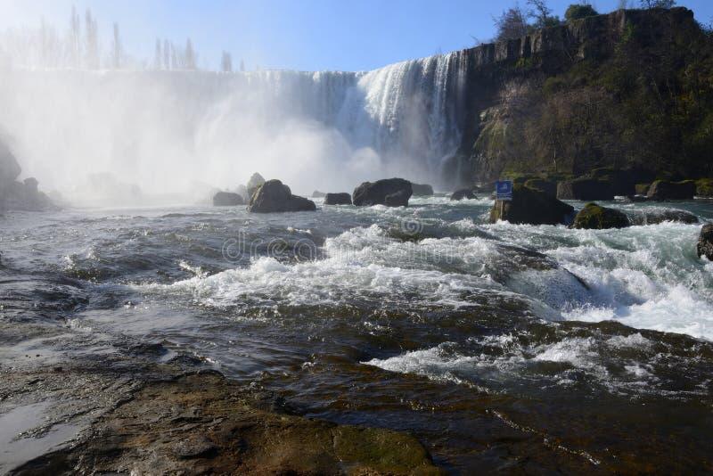 Fluss nach dem Wasserfall lizenzfreies stockbild