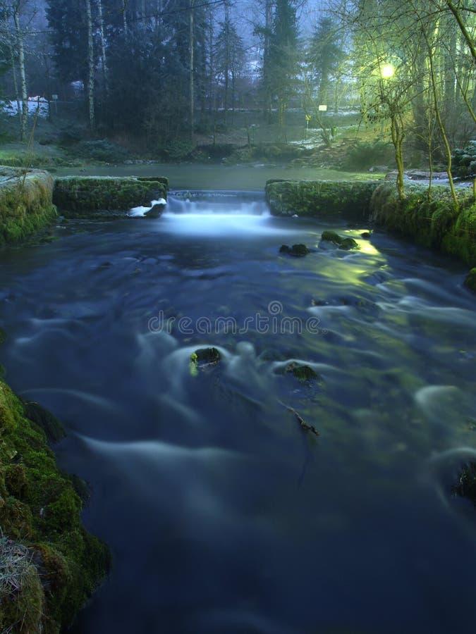 Fluss nachts lizenzfreies stockfoto