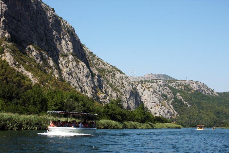Fluss nahe Omis, Kroatien lizenzfreie stockfotos