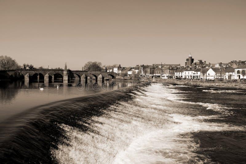 Fluss Nith an Monochrom Dumfries Schottland stockfotografie