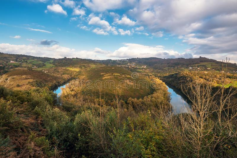 Fluss-Nora-Windung in Asturien, Spanien lizenzfreie stockfotos