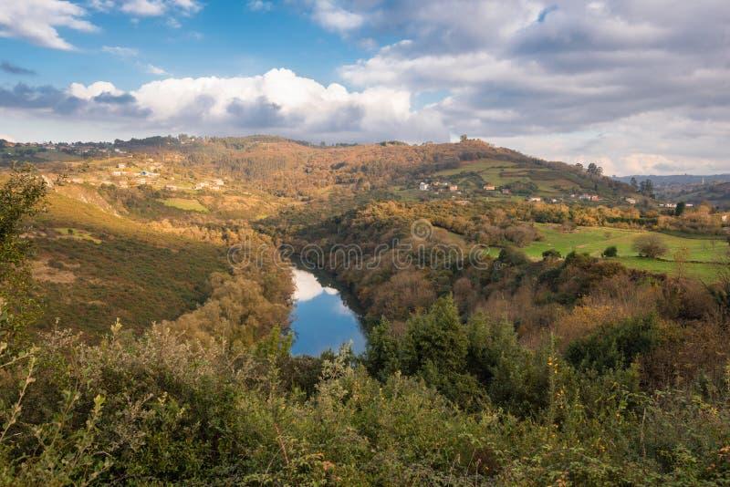 Fluss-Nora-Windung in Asturien, Spanien stockbild