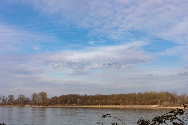 Fluss Rhein in den Würmern Rheinland-Pfalz Deutschland stockfotos